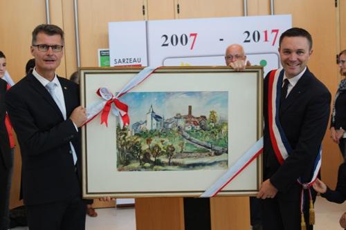 Bürgermeister Jan Lembach (li.) übergab seinem Amtskollegen David Lappartient als Gastgeschenk eine Ansicht von Kronenburg von Rolf Dettmann.