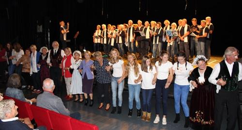 Franzosen und Deutsche beim gemeinsamen bretonischen Tanz.