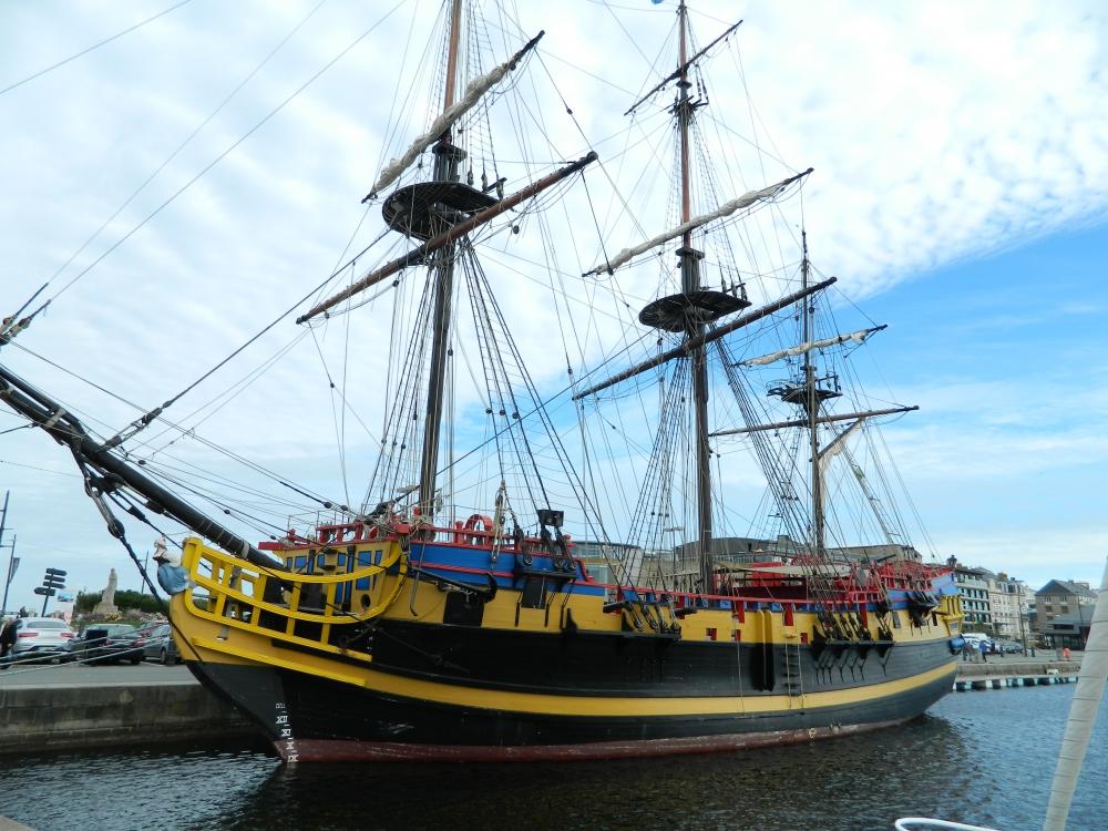 Etoile du Roy ist die Nachbildung einer Fregatte Corsaire von 1745. Dieses 310 Tonnen schwere Schiff war mit 20 Kanonen bewaffnet und hatte 236 Besatzungsmitglieder.