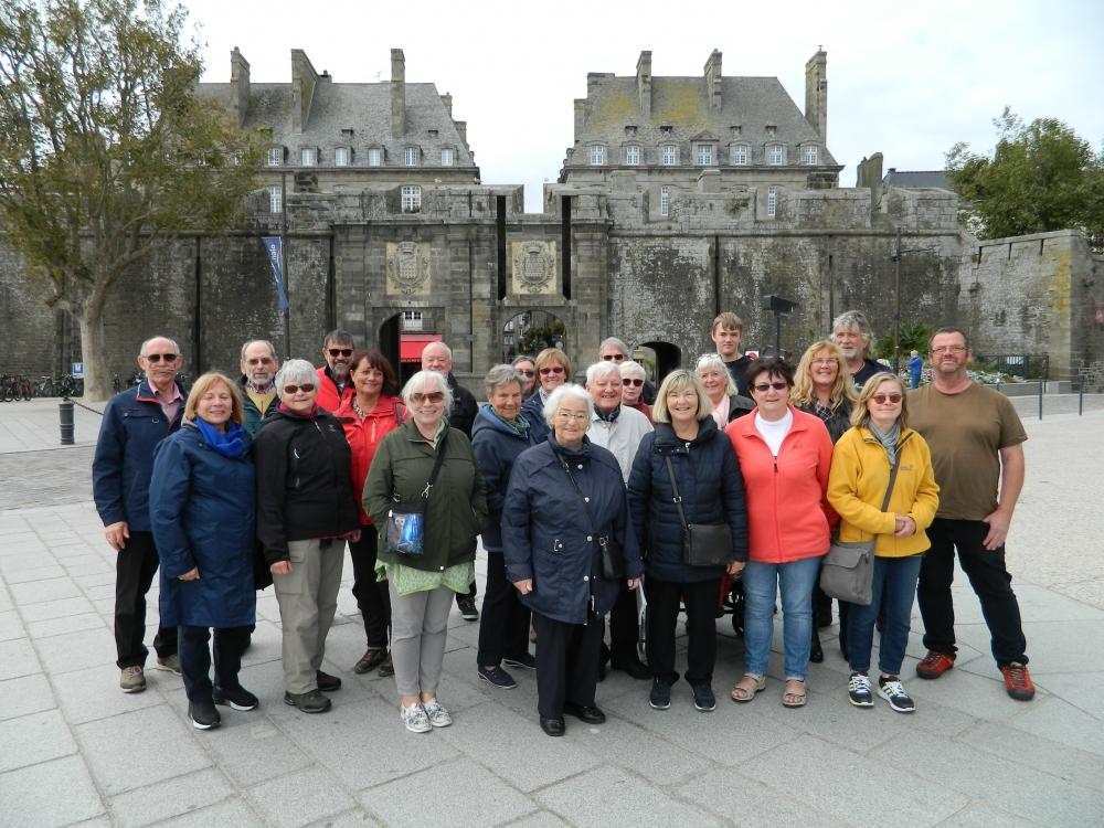 Die Reisegruppe aus Dahlem vor der Stadtmauer von St. Malo