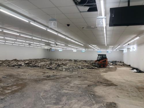 Mit dem Abbruch des Estrichs wird derzeit der Rohbauzustand im Gebäude hergestellt. © Gemeinde Dahlem